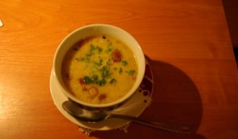 Ķiploku zupa ar kūpinātu vistu