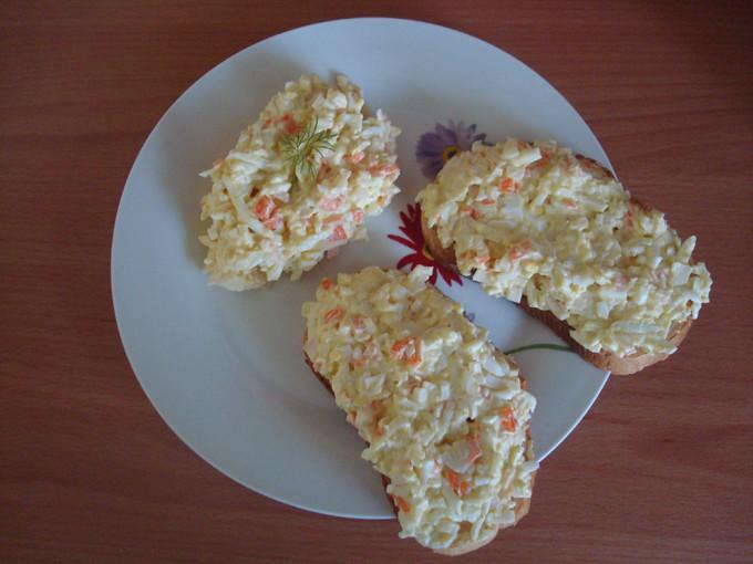Krabju nūjiņu un olu garnējums maizītēm