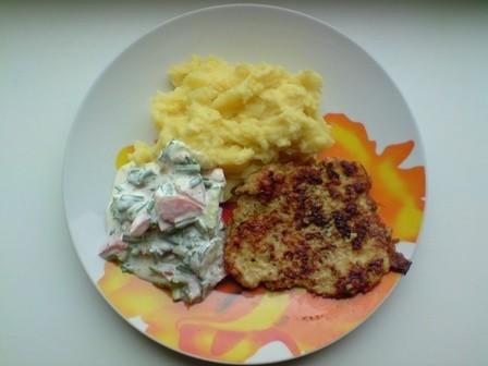 Kartupeļu biezenis ar karbonādēm un salātiem [fotorecepte