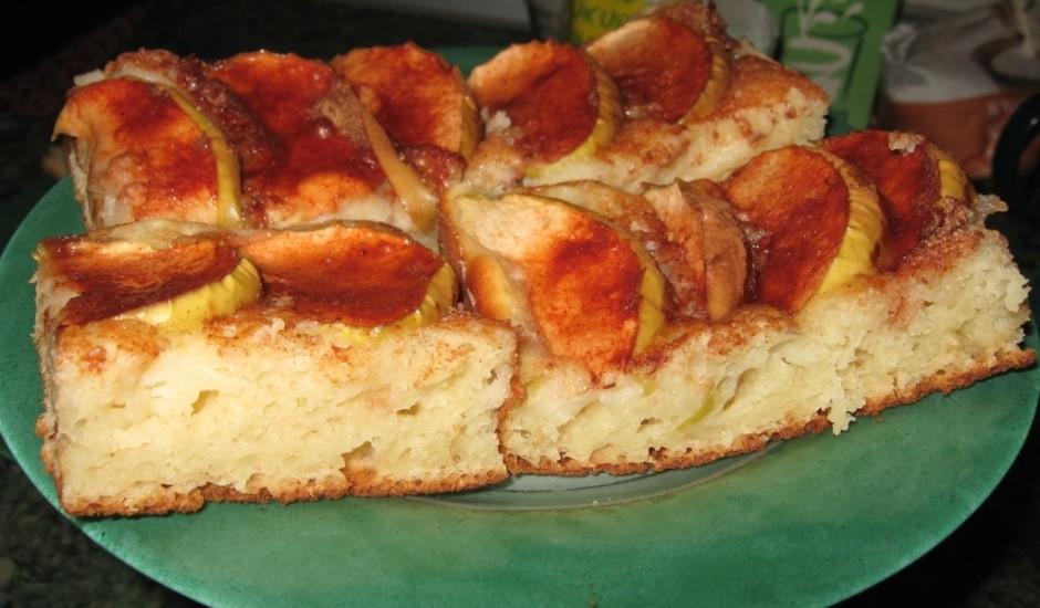 Ātrais kefīra un ābolu pīrāgs