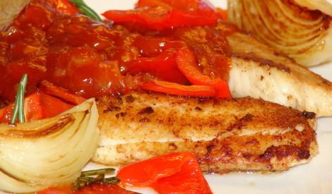 Zivs fileja ar dārzeņiem asajā mērcē