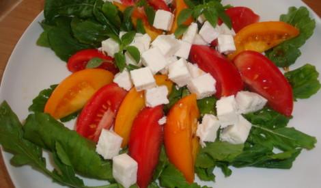 Kazas siera salāti ar tomātiem un rukolu