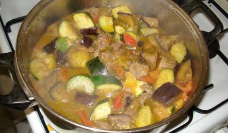 Dienvidslāvu dārzeņu un liellopu gaļas katls