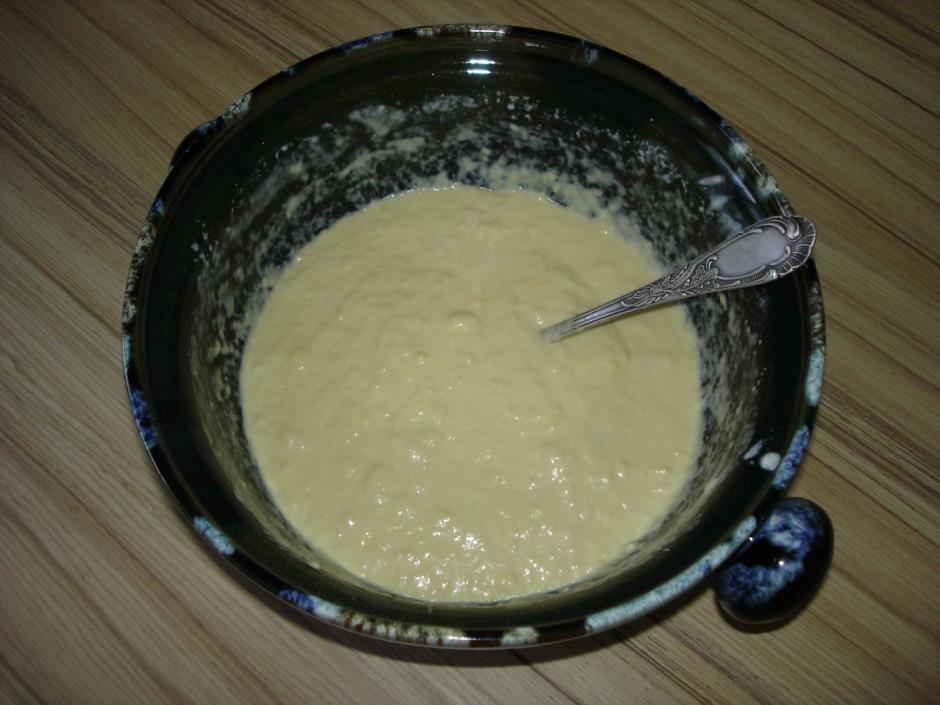 Pēc tam pievieno saldo krējumu un saputotus olu baltumus.