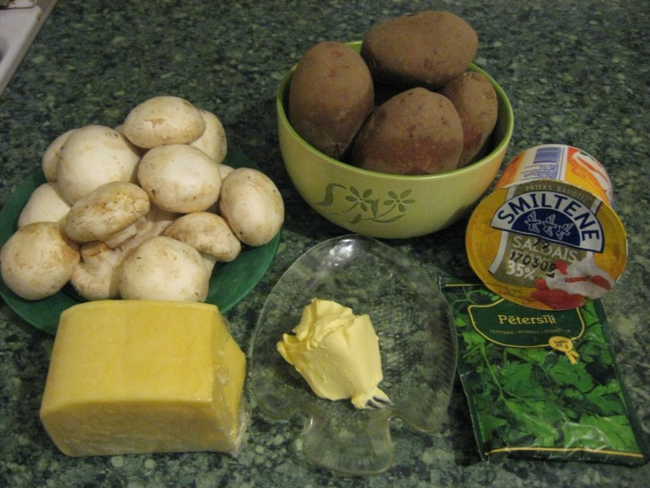 Kartupeļus nomizo un sagriež ripās, liek pannā vai veidnē(pa...