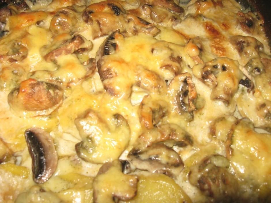 Kad kartupeļi gandrīz gatavi, visu pārber ar sarīvētu sieru...