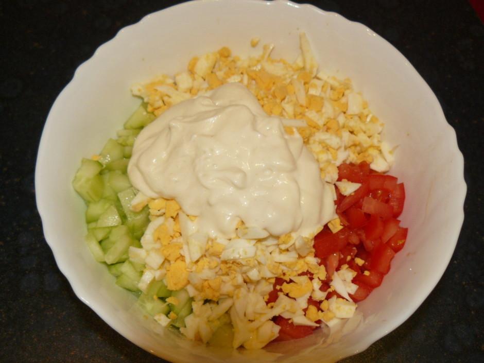 Vārītās olas sagriež un liek bļodā. Pieliek klāt majonēzi, p...