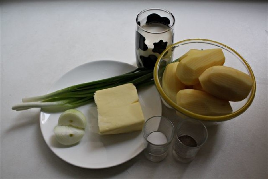 Nomizotus kartupeļus sagriež plānās šķēlēs.