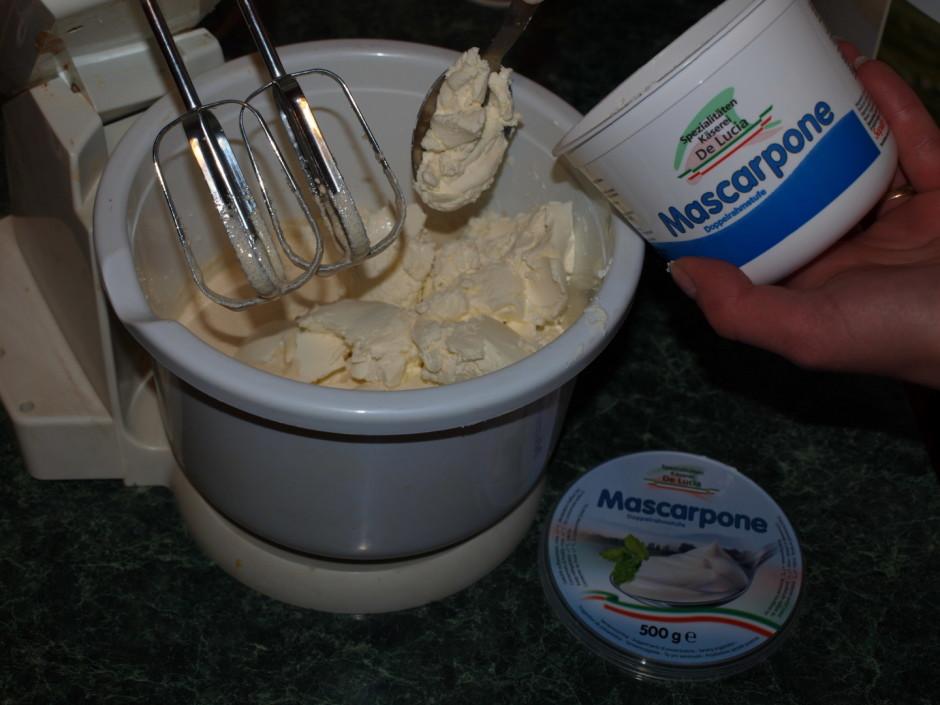 Mascarpone sieru sākumā iemaisa klāt olām ar cukuru, pēc tam...