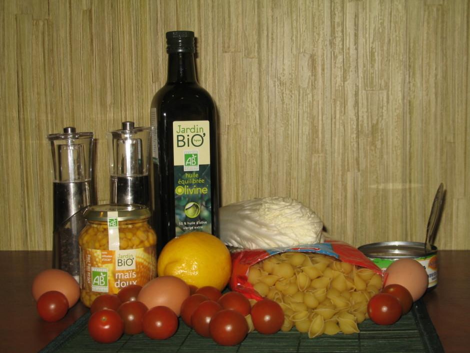 Makaronus izvāra, sagriež visas sastāvdaļas,kiršu tomātus uz...