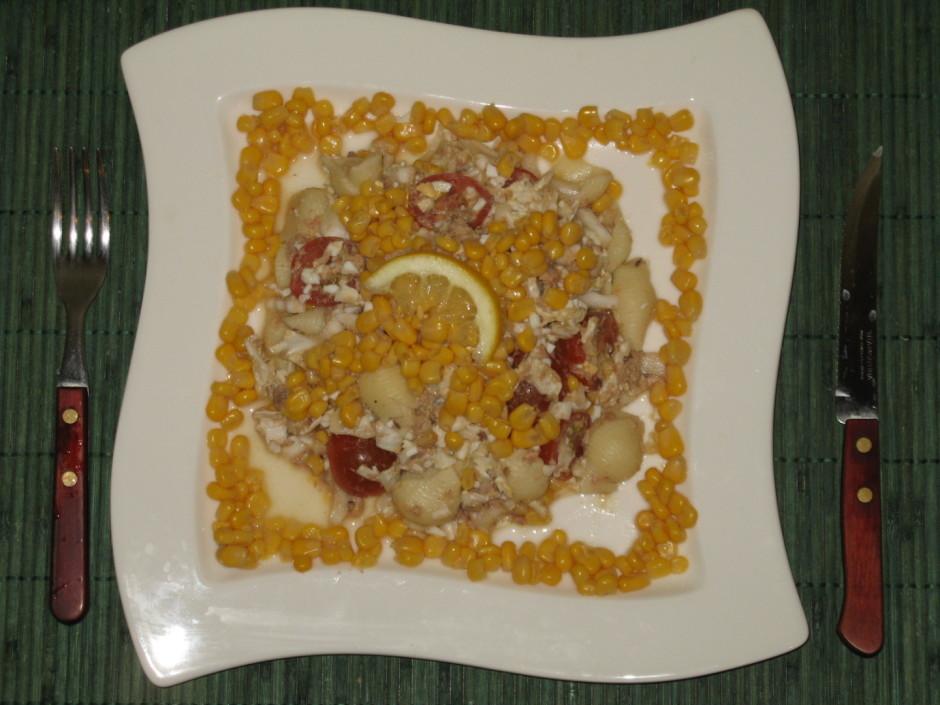 Makaronus atdzesē pievieno kukurūzu, tunci, olas, ķīnas kāpo...