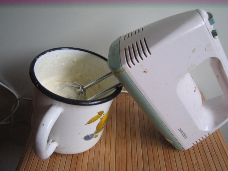 Cukuru saputo ar saldo krējumu.