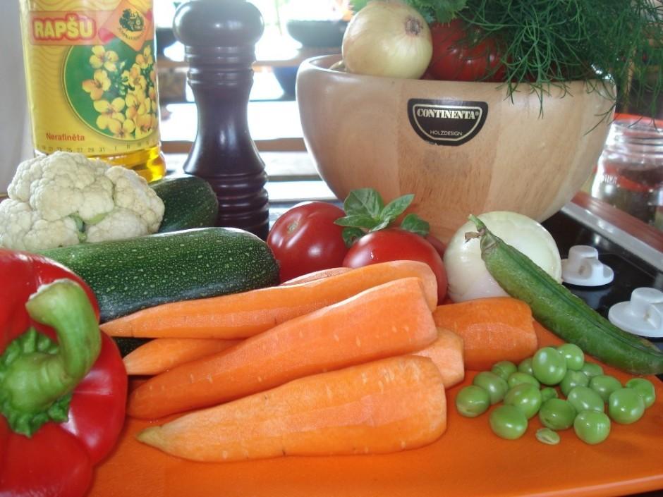 Sagatavo dārzeņus, kas tajā dienā atnesti no dārza vai iegād...