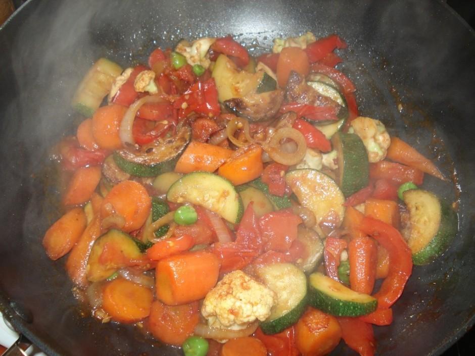 Visbeidzot pieliek tomātu gabaliņus, zirnīšus un ziedkāpostu...
