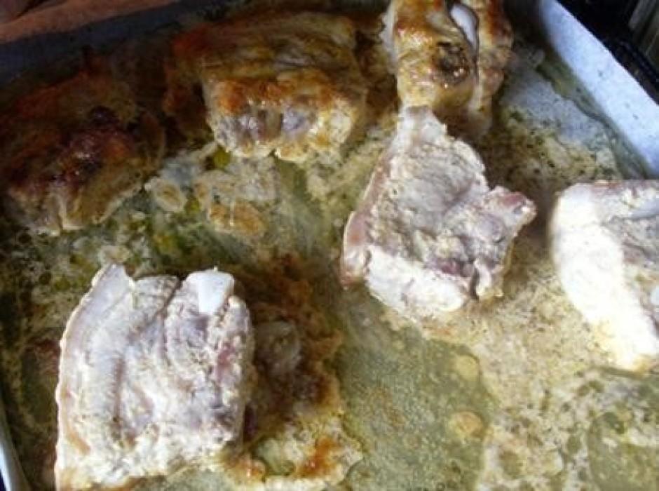 Saliek ribiņas un liek cepeškrāsnī.