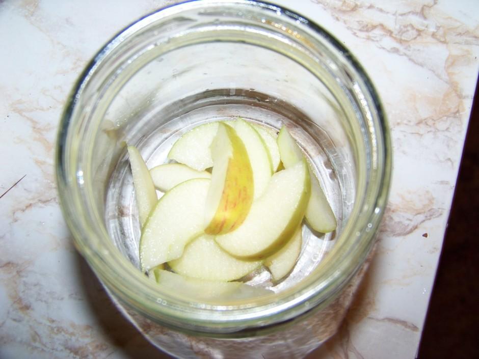 Kārto burciņā - vispirms sagriež ābolu.