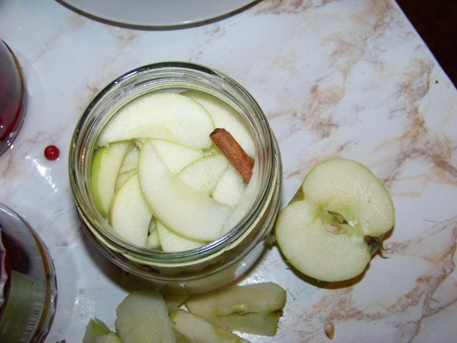 Tad atkal ābolus, ieliek arī kanēļa standziņu.