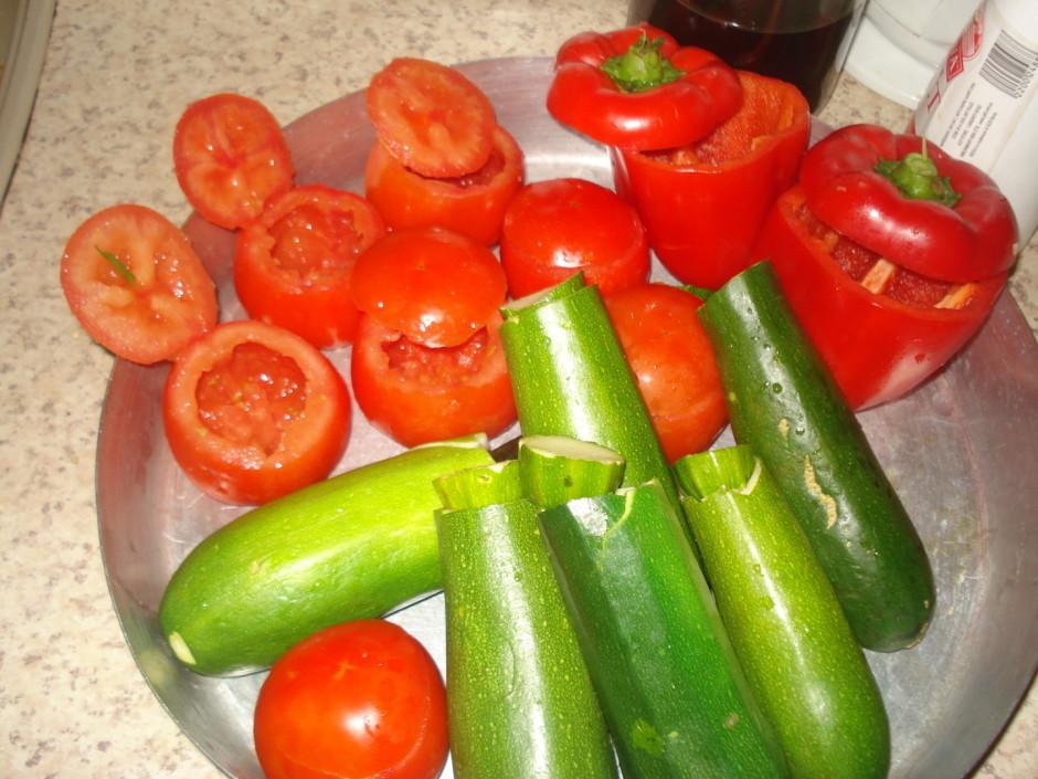 Dārzeņus izdobj ar asu karoti un/vai nazi un kārto pannā. Iz...