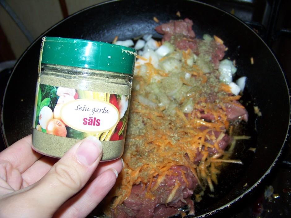 Pierīvē burkānus, pārber garšvielas un liek cepties.