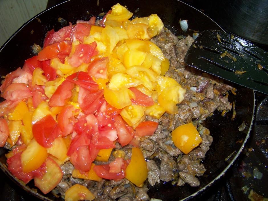 Kad gaļa apcepusies, liek klāt tomātus.