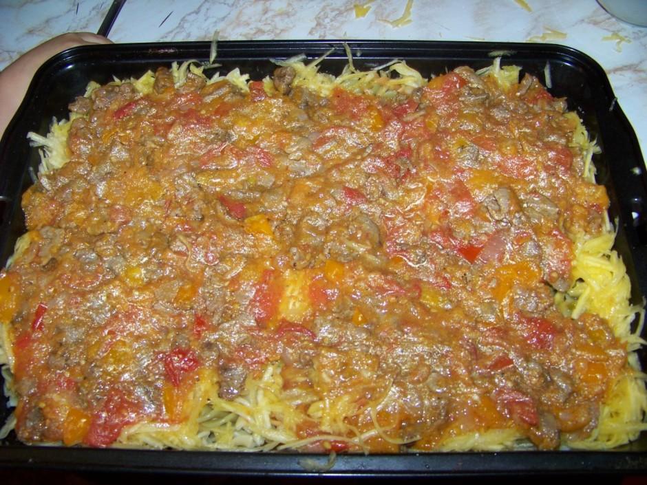 Liek virsū gaļu ar tomātiem.