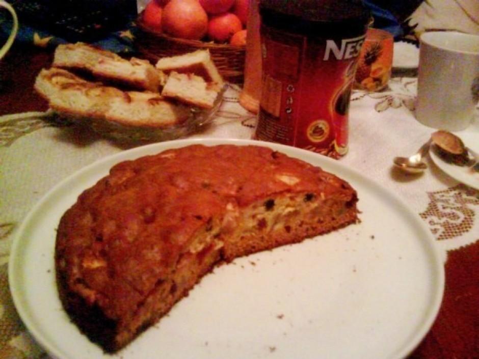 Izkausē medu, pievieno sviestu un sodu. Olas samiksē ar cuku...