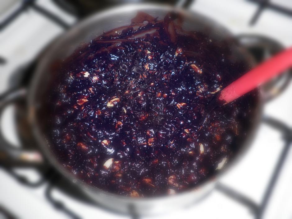 Pievieno cepumus, riekstus un marmelādi, kārtīgi samaisi.