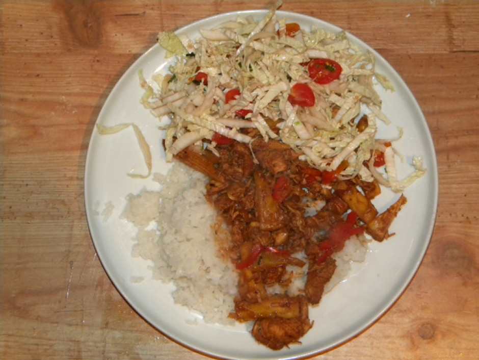 Pasniedz ar nūdelēm vai rīsiem un zaļumu salātiem.