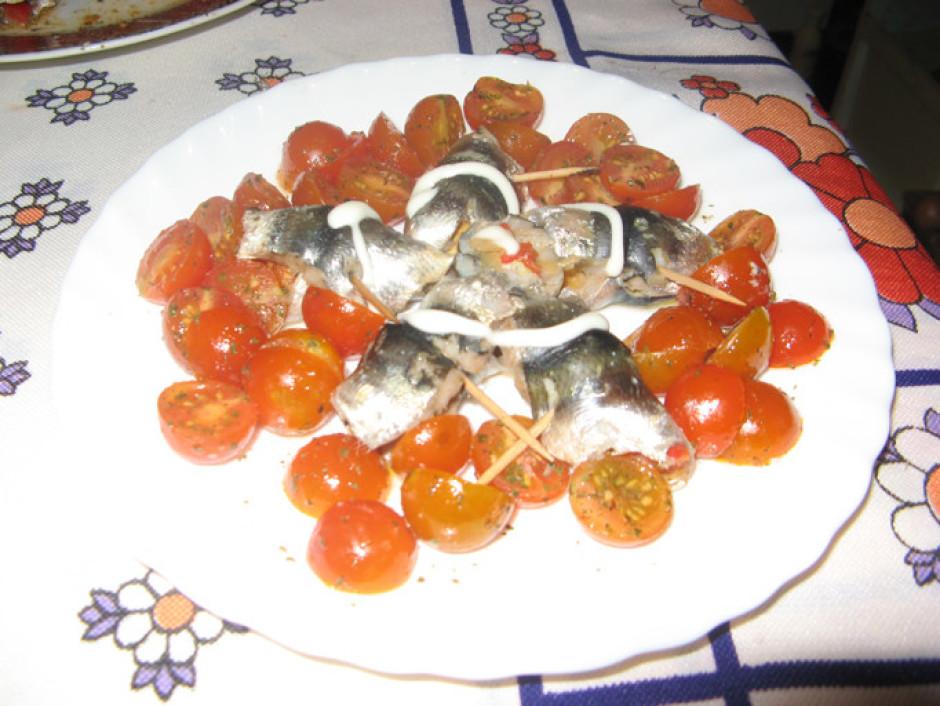 Veltnīšus cep krāsnī 180 C 10-15 minūtes. Pasniedz ar tomāti...