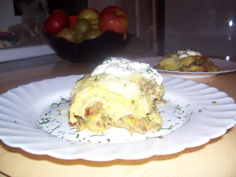 Malto gaļu apcep, pieveno sarīvētus burkānus, sagrieztu sīpo...