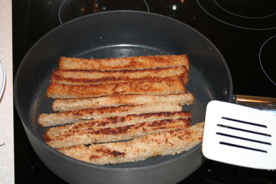 Kad grauzdiņi gatavi, pārkaisa smalki sarīvētu sieru, kurš ā...