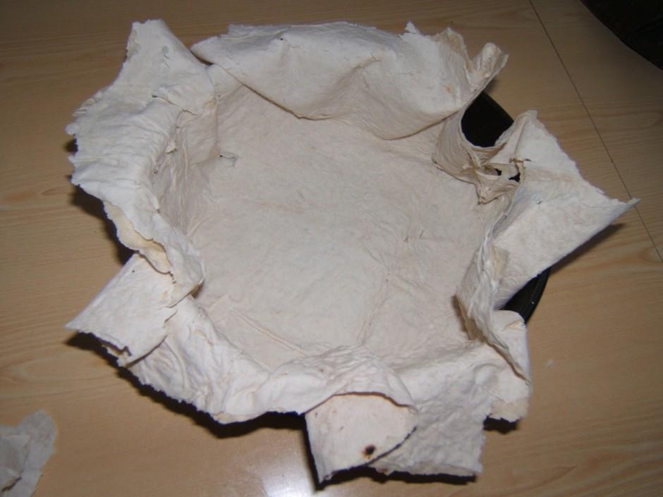 Formu (tortes pagatavošnai) ieeļot ar sviestu un ielikt for...