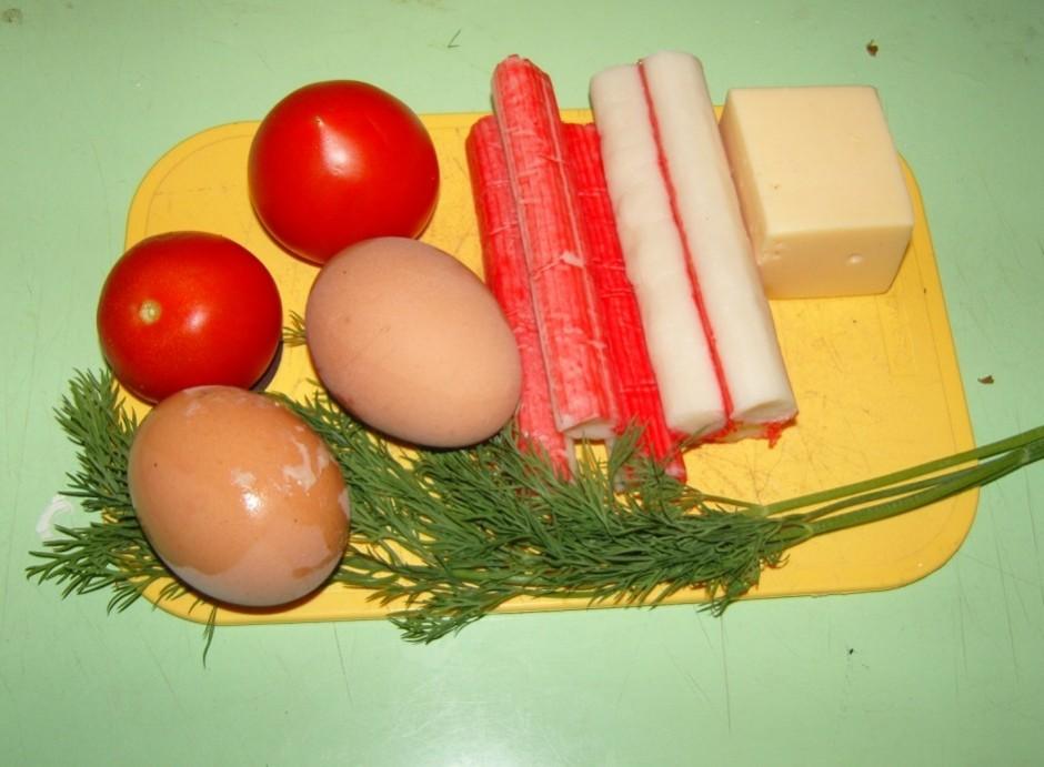 Uzliec vārīties divas olas. Tikmēr sagriez krabju nūjiņas, s...