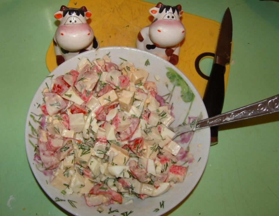 Pateicoties sieram, šie salāti ir ļoti barojoši.