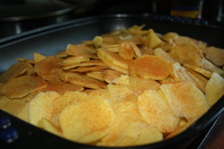 Tad atkal kartupeļu kārta un garšvielas.