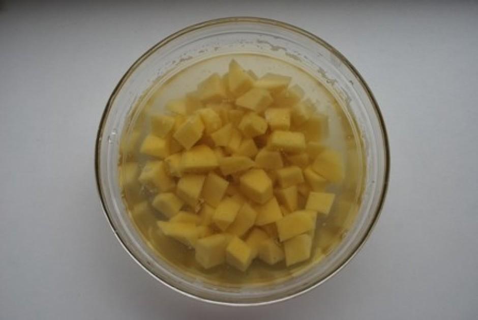 kamēr frikadeles vārās, varam nomizot 3-4 vidējus kartupeļus...