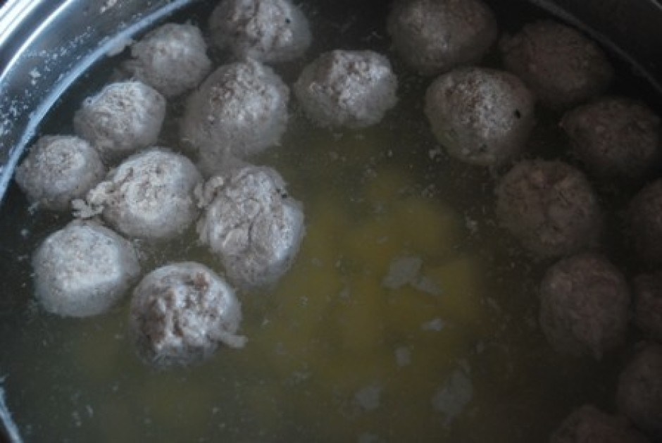 kad frikadeles ir uzpeldējušas, varam pievienot kartupeļus.