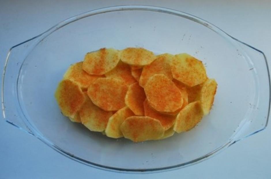 kartupeļus pakaisam ar nedaudz sāli un speciālo kartupeļu ga...
