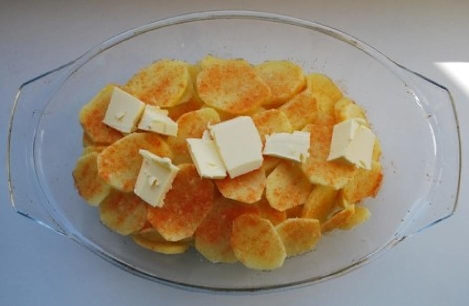atkal kārtojam kartupeļu kārtiņu un pasaikam ar sāli, garšvi...