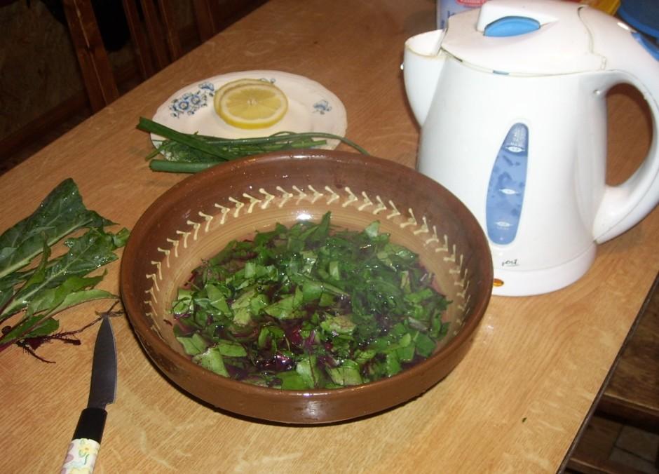 Sagriež dārzeņu lapas un noblanšē, pieliek kad zupa gandrīz...