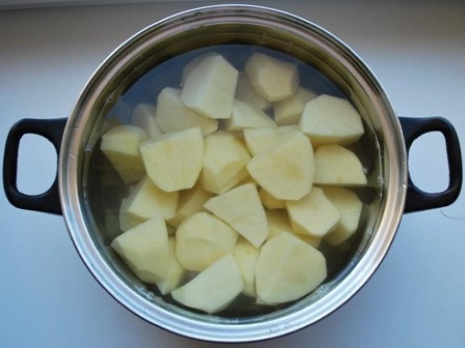 nomizojam kartupeļus un liekam tos vārīties