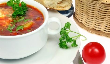 Aukstā tomātu un zivju zupa