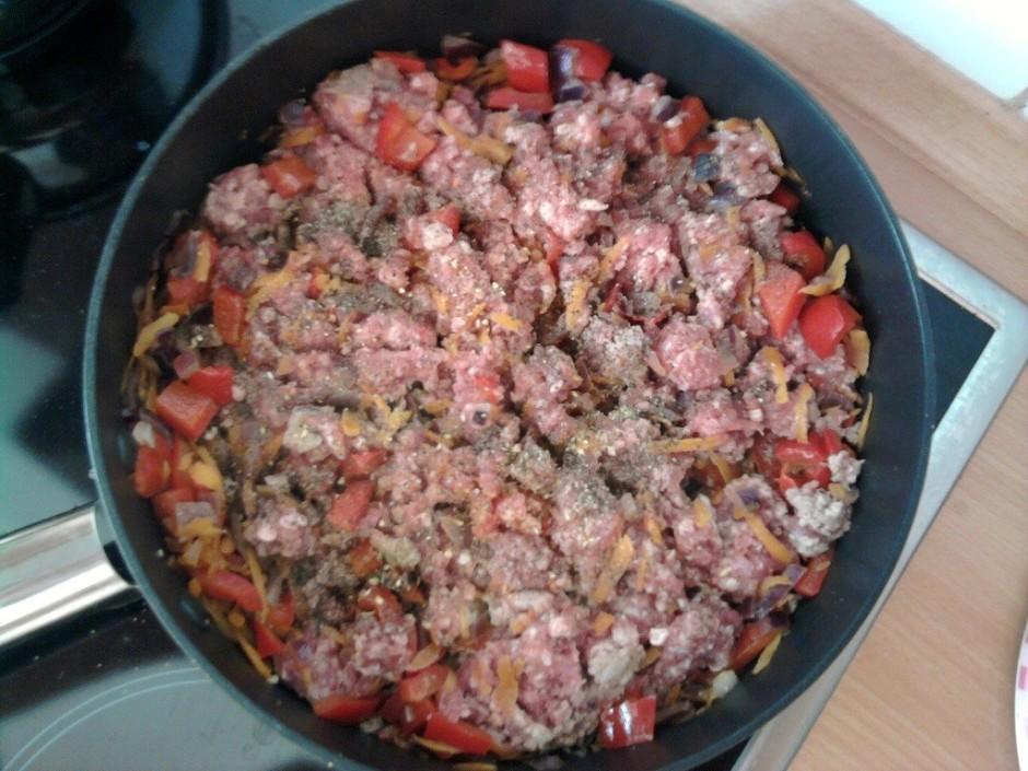 Kad dārzeņi apcepti, pievienojam malto gaļu, melnus maltos p...