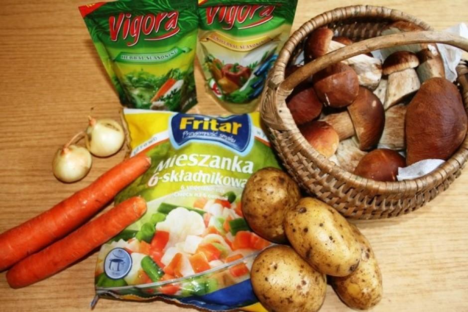 Sagriež baravikas, kartupeļus, burkānus, sasmalcina sīpolu.
