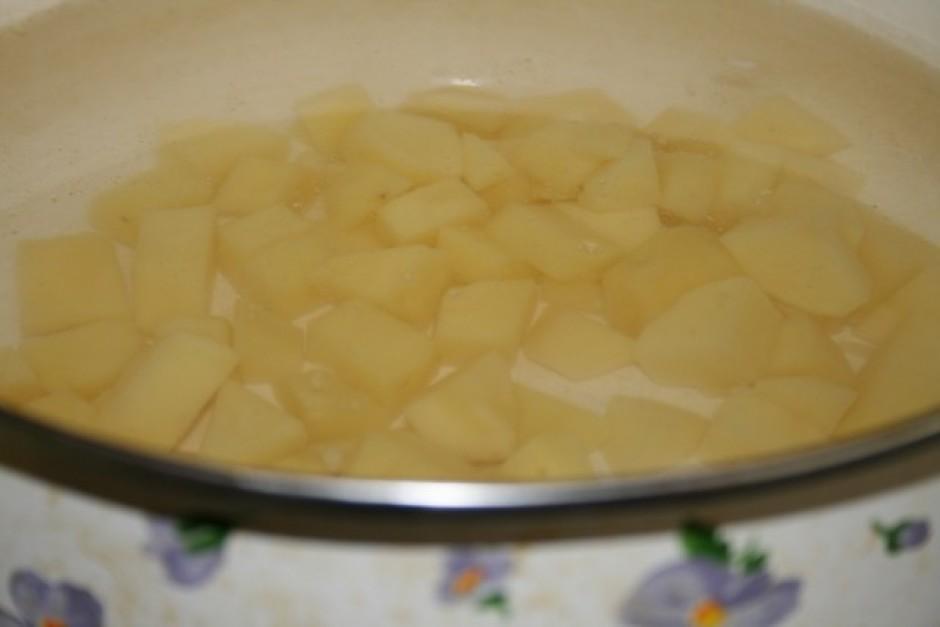 Katlā liek vārīties kartupeļus,pievieno sāli.