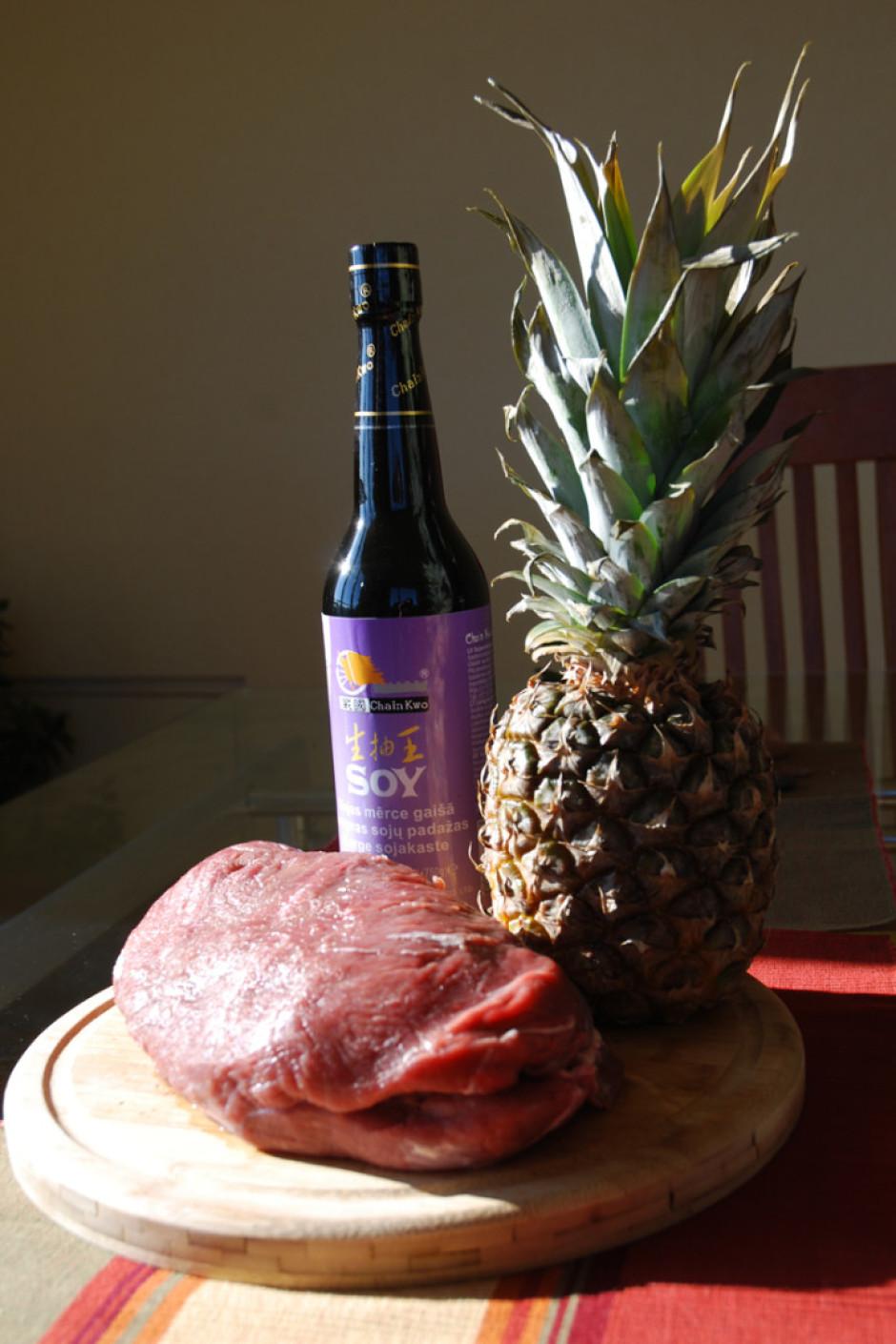 Sagriež gaļu un ananāsu 1cm biezās šķēlītēs.