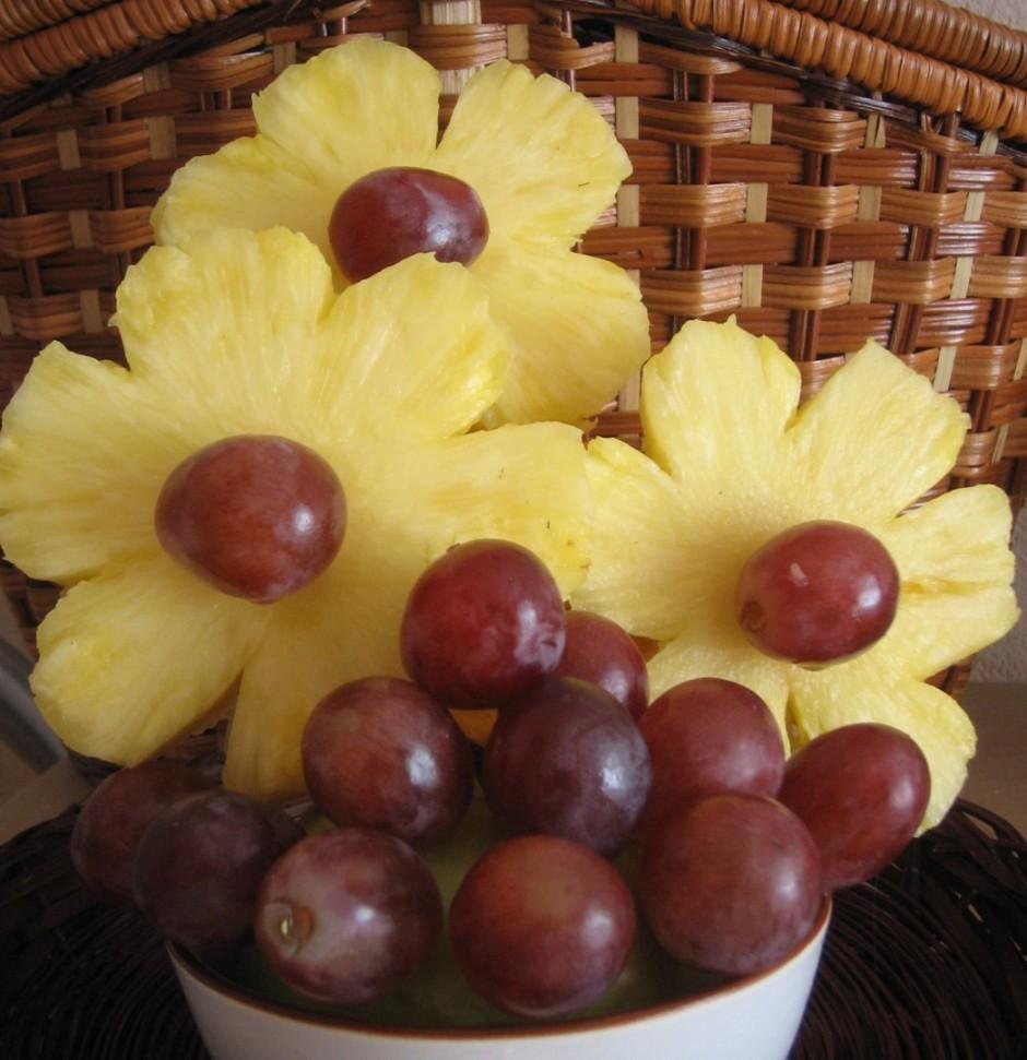 gatavās puķes un vīnogas iesprauž uz zobu bakstāmiem ābola p...