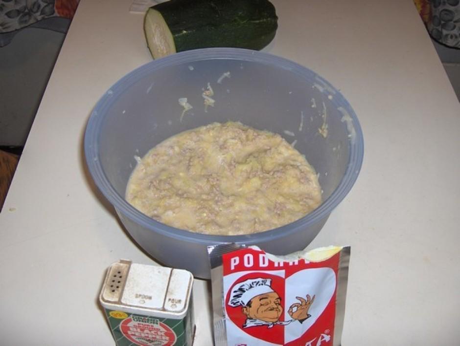 pieliekam olas un sarīvētos kabačus klāt pie maltās gaļas u...