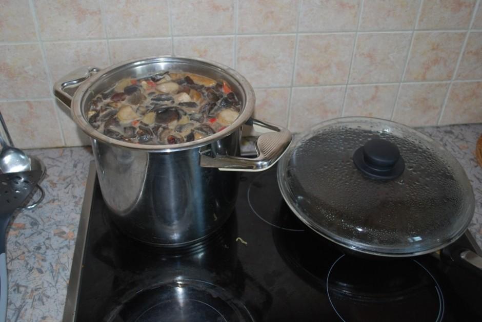 Kad kartupeļi gandrīz izvārījušies, ūdeni nokāš.