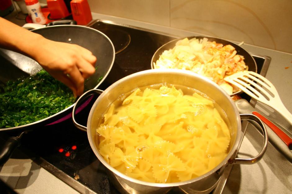 Sagriež vistas fileju gabaliņos, apber ar sāli, pipariem u.c...
